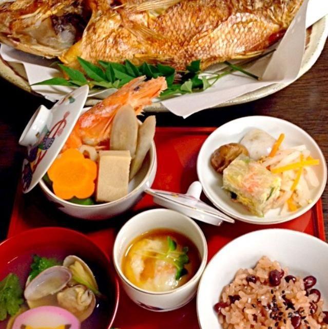 今日は息子の誕生100日目のお祝いでした!かーさん朝からがんばってお料理しましたよ!  鯛の塩焼き お赤飯 あさりのすまし汁 かに玉の寒天よせ 紅白なます エビしんじょ 炊き合わせ   エビ   高野豆腐   れんこん   ごぼう   人参   しいたけ  いっくんが元気で一生食べるものに困りませんように。 *・゜゚・*:.。..。.:*・'(*゚▽゚*)'・*:.。. .。.:*・゜゚・* - 39件のもぐもぐ - いっくんのお食い初め♡ by せーこ