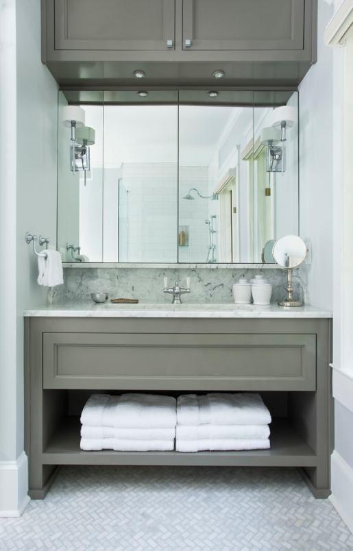 Faltól falig tükör, szürkésbarna fürdőszoba bútor