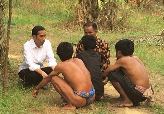 Jokowi Sebut Suku Anak Dalam Perlu Ruang Hidup yang Layak : Presiden Joko Widodo (Jokowi) mengunjungi Suku Anak Dalam di Desa Bukit Suban Kecamatan Air Hitam Kabupaten Sarolangun Jambi pada Jumat (30/10) disela-sela kunjun