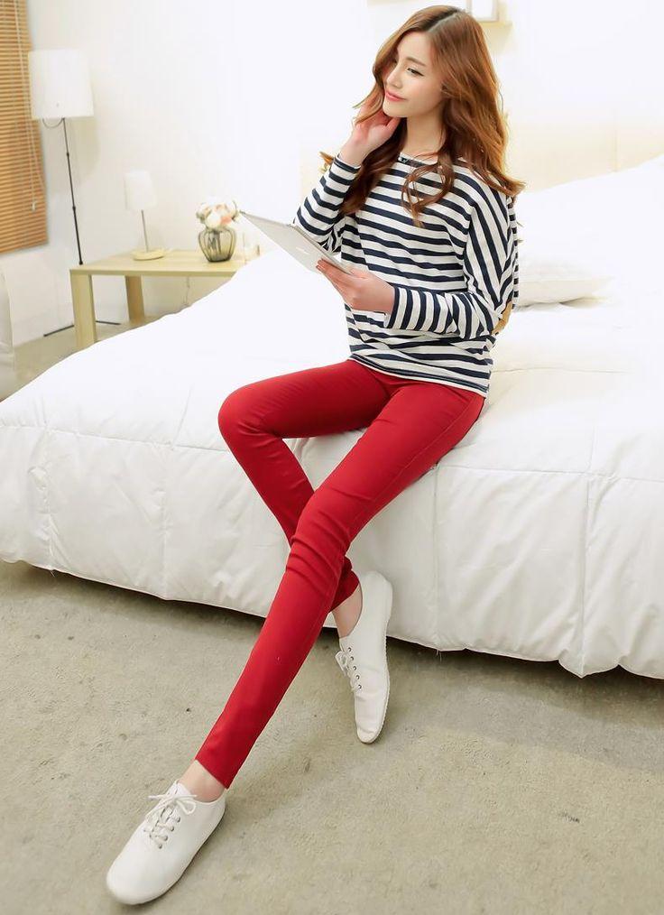 Version casual chic, le jean rouge est une pièce assez forte pour marquer à lui seul un look. On peut donc le porter en toute simplicité avec une marinière. https://hallyuiloveu.wordpress.com/2015/08/17/le-jean-rouge/