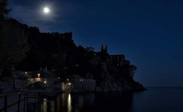 Τις νύχτες στο Άγιον Όρος δεν φωτίζει μόνο το φως του φεγγαριού… | Greece