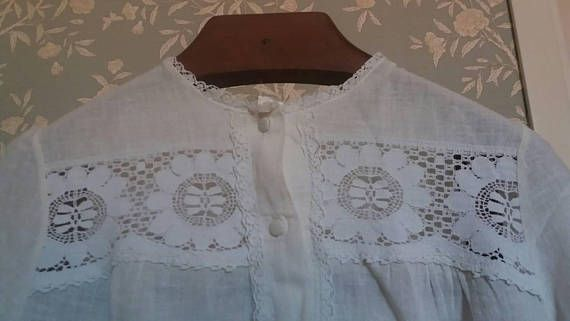 Beautiful vintage night gown / Camicia da notte vintage con raffinato ricamo. Guarda questo articolo nel mio negozio Etsy https://www.etsy.com/it/listing/537689948/camicia-da-notte-vintage
