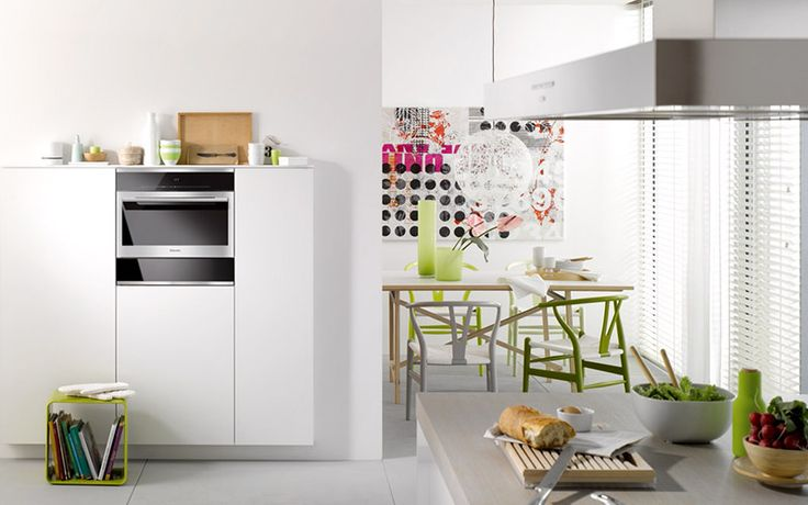 Witte hoge keukenkast met inbouwapparaat - stoomoven van Miele #wit #keuken #wittekeuken #miele #stoomoven