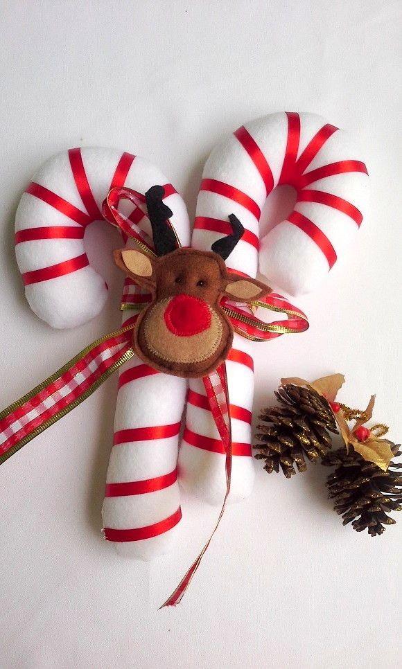 Decore sua casa para o Natal, podendo também ser usado como decoração de arvore de Natal, prendedor de cortina, enfeite de parede ou porta.    Bengala natalina dupla, confeccionado em feltro, enchimento com manta acrílica antialérgica, fita de cetim, laço decorativo e rostinho da rena também em f...