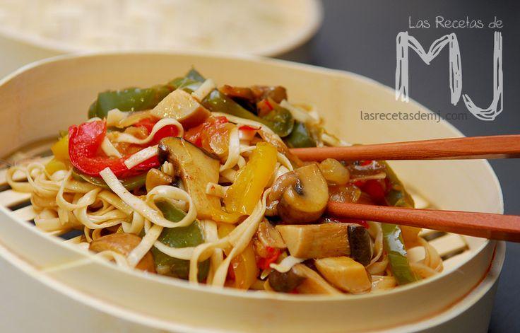 Noodles con setas japonesas y trio de pimientos / Noodles with japaneses mushrooms and three pepper