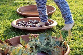 Kinder sind sinnreiche Wesen, sie haben Spaß im Einsatz mit all ihren Sinnen und lieben es diese auf immer wieder neue Weise anzuregen. Sie besitzen sehr feine Antennen für alles, was ihre elementare Sinneswahrnehmungen betrifft. Ein Barfuß-Sinnespfad für kleine Entdecker im Herbst, Waldorf, Montessori, Maria Montessori, Rudolf Steiner, Naturmaterial, Sinnesmaterial, 2 Jahre alt, 1 Jahr alt, Abenteuer Garten, Barfuß-Sinnespfad, Barfuß, spielen in der Natur, Naturerlebnisse,Aktivitäten im…