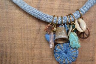 Collar con charms, turquesas y piezas vintage