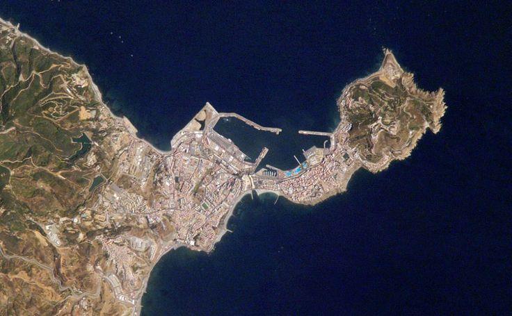 Estrecho de Gilbratar, Andalucia, españa, Los 13 kilómetros que separan España y Marruecos en el punto más cercano del estrecho de Gibraltar se retratan así. También la ciudad de Ceuta, en el istmo del lado africano del estrecho. El empleo como base militar de la ciudad se remonta al Imperio Romano, que se asentó en la región el año 42 d.C. La imagen la captó una Kodak 760C desde la ISS el 21 de julio de 2007, Ampliar.