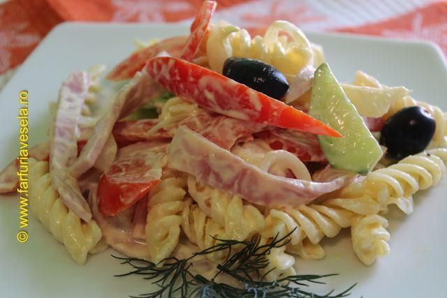 Farfuria vesela: Salata rapida cu paste si legume