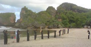 Latihan PSHT UGM di atas pasir putih Pantai Siung dan dikelilingi bukit batu yang sangat indah