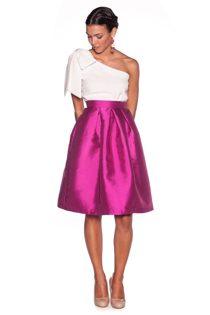 Falda midi con vuelo y top asimetrico