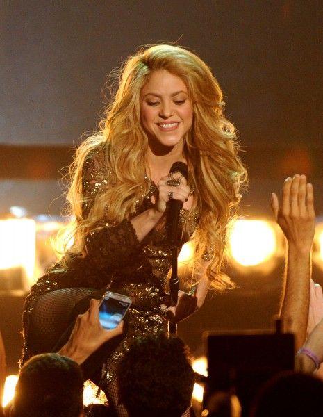 Exit J-Lo, c'est Shakira qui chantera lors de la cérémonie de clôture de la Coupe du monde. La Colombienne a été choisie par la FIFA pour animer le concert qui marquera la fin de la compétition, le dimanche 13 juillet.  http://www.elle.fr/Loisirs/Musique/News/Bresil-2014-Shakira-elimine-Jennifer-Lopez-en-finale-de-la-Coupe-du-monde-2724154