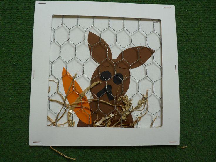 thema lente, boerderij en huisdieren. een konijnenhok met echt gaas.