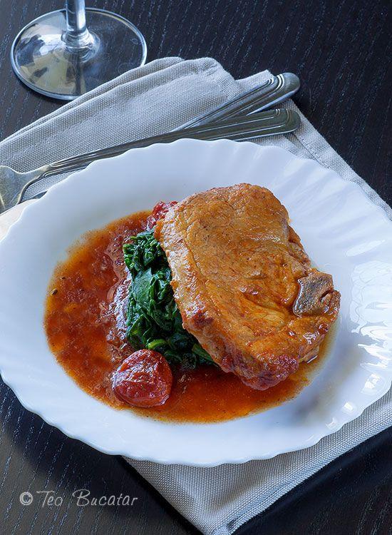 Cotlet de porc in sos de rosii, o mancarica gustoasa, cu gust dulce acrisor ce poate fi servita alaturi de piureuri, orez sau paste sau, de ce nu alaturi de o portie zdravana de mamaliga asa, ca la mama acasa.