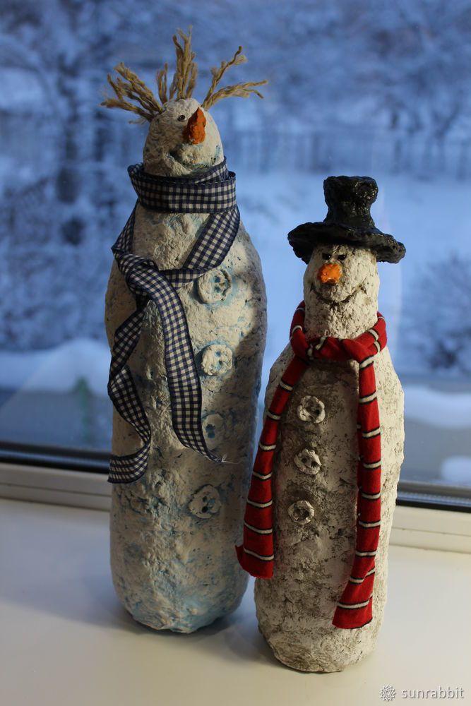 Предлагаю вашему вниманию мастер-класс по созданию снеговиков из папье-маше. Для изготовления снеговика нам понадобятся: Папье-маше, пластиковая бутылка, акриловые краски, губка для мытья посуды, зубочистки, кисточка, черный бисер, шпагат, текстиль, клей «момент». Порядок работы. Готовим массу из папье-маше. Рецептов очень много, думаю, любой подойдет.