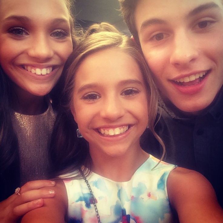 Mackenzie Ziegler made a Public Appearance and met Shawn Mendes at the Nickelodeon Kids Choice Awards [2015]