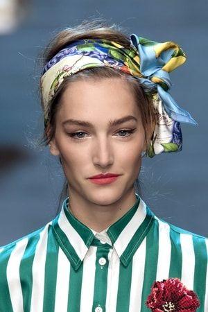 Le foulard imprimé : Accessoires trendy pour cheveux dans le vent - Journal des Femmes