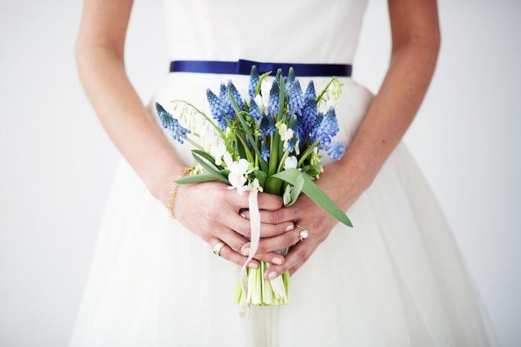Blue Grape Hyacinth Bridal Bouquet | Something Blue Wedding inspiration | Delft Blue Wedding Inspiration | Delft Blue Inspired Stationery And Decor | Images By Masha Bakker Weddings | Styling By Trouwlala | http://www.rockmywedding.co.uk/delft-blue-wedding-inspiration/