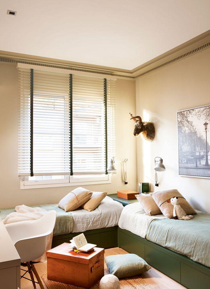 habitacin infantil con paredes en beige y camas verdes con cajones en ngulo