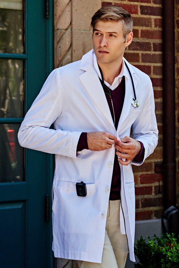 Slim cut men's lab coat with structured professional tailoring and modern design details. Liquid repellent with an antimicrobial finish for lasting protection.