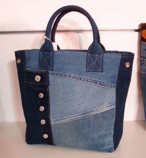 Bolso con recortes de distintas telas y apliques en gamuza y tachas