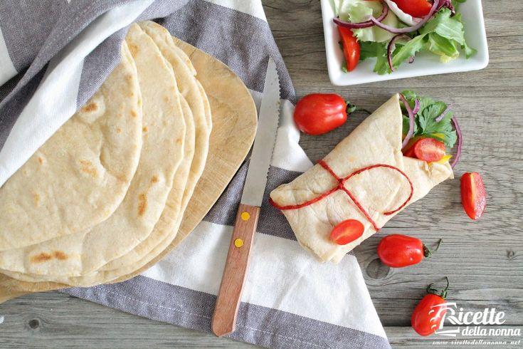 Andate matti per la cucina messicana? Questa è la ricetta base che fa al caso vostro adatta a tutte le preparazioni di questo tipo di cucina: le tortillas sono lelemento base per numerosi piatti come le enchilladas le quesadillas e i burritos. Possono essere utilizzare come accompagnamento alla g...