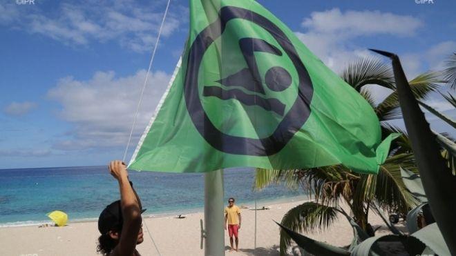 Le drapeau vert autorisant la baignade et le surf a été hissé ce vendredi matin sur la plage de Boucan Canot, laquelle dispose désormais d'un filet de protection couvrant 8 hectares.