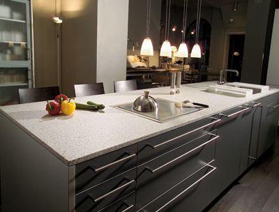 tom claro da pedra, com ppequenas manchas acinzentadas da charme a cozinha moderna