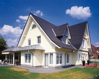 Gro es modernes wohnhaus mit veranda und garten for Modernes wohnhaus