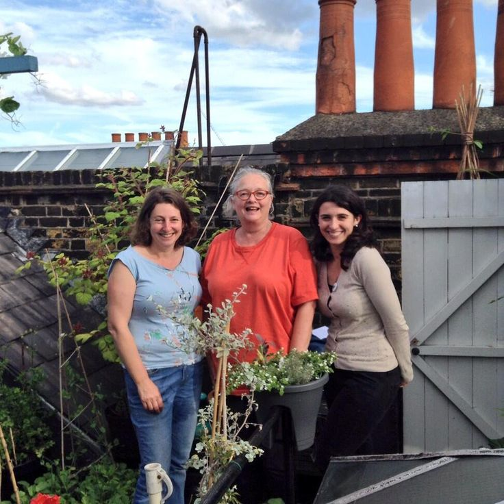 With favourite bloggers @outofmyshed and @wendyshillam on her amazing #EdibleRoofGarden @chelseafringe