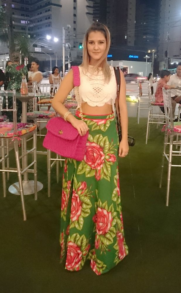 Street Style look. Saia chita floral com blusa de renda branca e bolsa Jô De Paula Ateliê (@jodepaulaatelie) pink, Chanel inspired