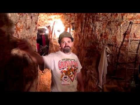 Butch McFadden, is one really nice guy. Not every opal miner will show you his mine but Butch invites Peter for an interview in his mine at Lightning Ridge -black opal underground interview | Opalmine from Australia