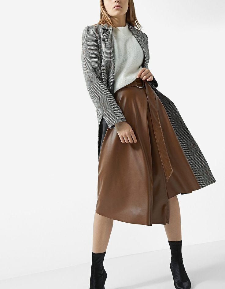 Falda midi efecto piel asimétrica - Faldas | Stradivarius España