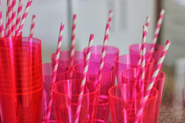 copos reutilizáveis e canudos biodegradáveis
