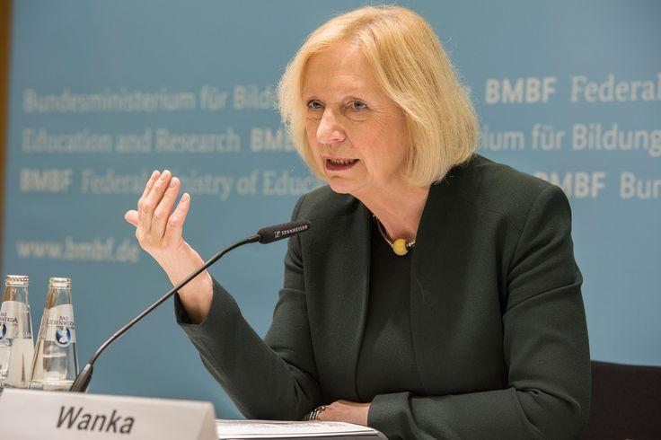 DigitalPakt#D: Bundesministerin Johanna Wanka stellt Bildungsoffensive des BMBF für die digitale Wissensgesellschaft vor - www.bmbf.de - 12.10.2016