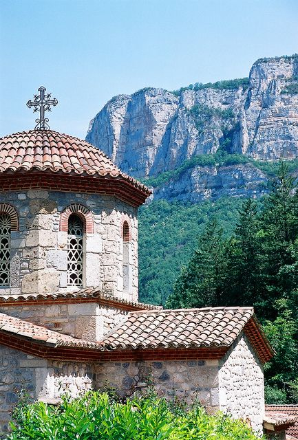 Eglise Saint-Silouane du monastère orthodoxe Saint Antoine le Grand (Drôme), via Flickr.   Drome, Rhone-Alpes, FRANCE