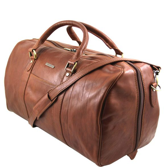 The FleroM is a practical leather weekend bag designed for the discerning traveller. This high quality leather overnight bag features secure metal zippers, a spacious faux-leather interior, and a small rear zipped compartment in the lining.