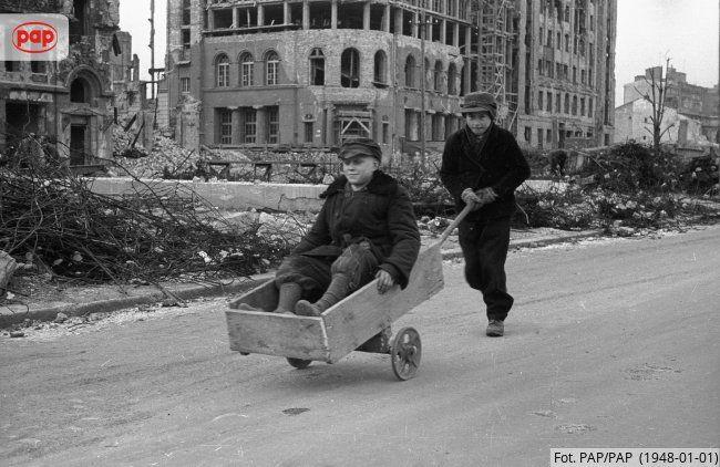 Chłopcy na zrujnowanym podczas II wojny światowej placu Napoleona (Wareckim, Powstańców Warszawy).Warszawa, 1948 r.
