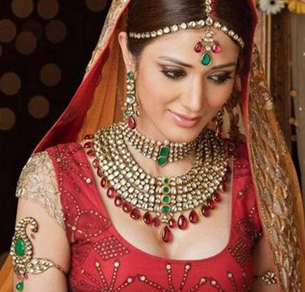 After the bridal outfit, it is bridal jewelry that counts the most. Speaking in terms of Pakistani and Indian brides, they usually wish to maintain a classic look and balance it out with new and latest trends. Here is a jewelry set, most suitable for a south Indian wedding.