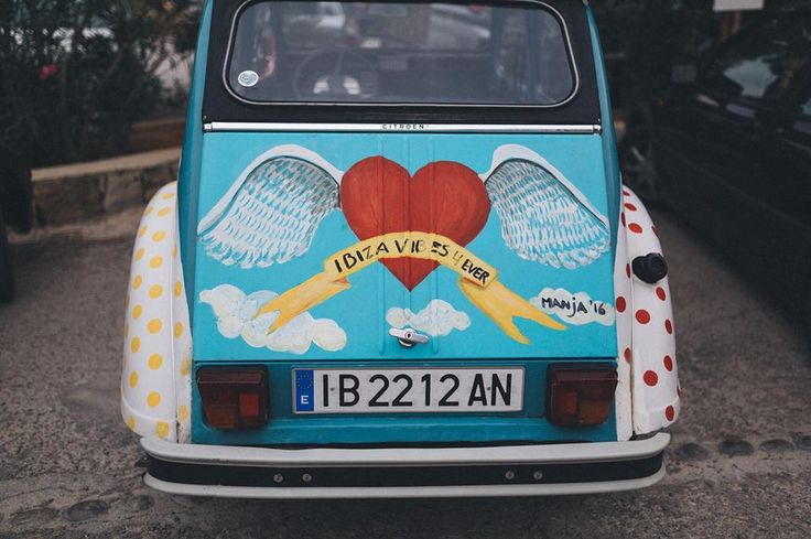 Spreading love and peace with timeless #2CV for 2018 🌟 Thanks to @whoshotmylife