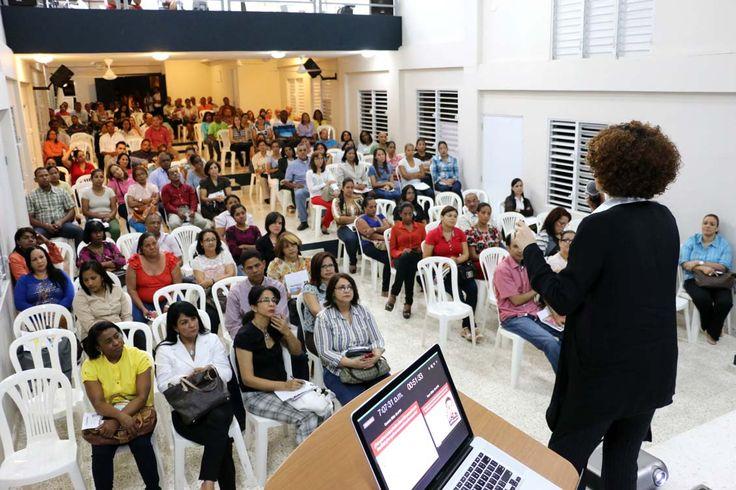 """El jueves 12 de febrero, rexpuestas realizó la charla """"Cómo hablamos de sexualidad con nuestros hijos e hijas"""", a los padres del Colegio Santa Rosa de Lima."""