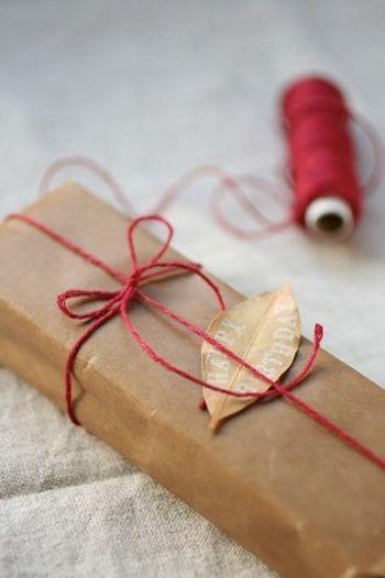 贈り物をもっとかわいく♡マネしたいお菓子のラッピングアイディア集 ... こちらはワックスペーパーでラッピングしたもの。麻ひもの赤と落ち葉のメッセージ