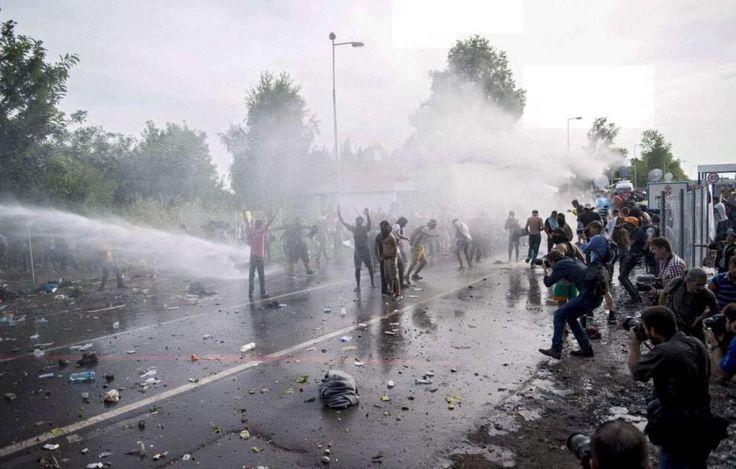 Ungheria. La polizia usa i cannoni ad acqua contro i profughi e ne arresta 300. Dedicato agli ammiratori di Orbàn.