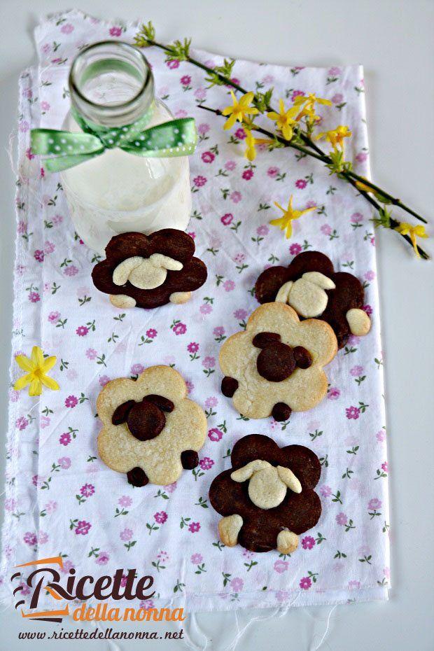 Questi biscotti a forma di pecorella sono perfetti da preparare nel periodo pasquale. Ci vuole un po' di pazienza ma il risultato lascerà tutti a bocca aperta.