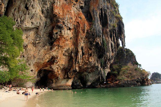 Situada en la provincia de Krabi , la Península de Railay es una de las mas impresionantes zonas del país con playas paradisíacas e ideal para escaladores..