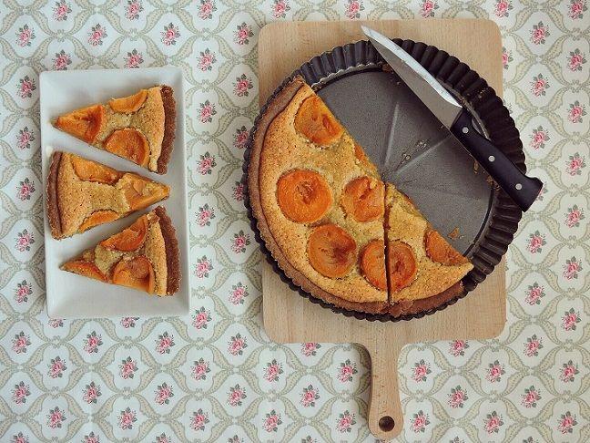 Křehké těsto, lahodná mandlová náplň a ovoce... ideální kombinace, nemyslíte? Tak šup do kuchyně, zapnout troubu a jdeme na to ;-) Ingredinece na korpus 200 g hladké špaldové mouky 10