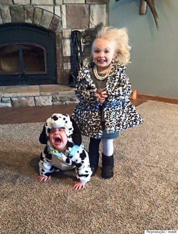 Imagem de crianças fantasiadas como Cruella de Vil e dálmata viraliza