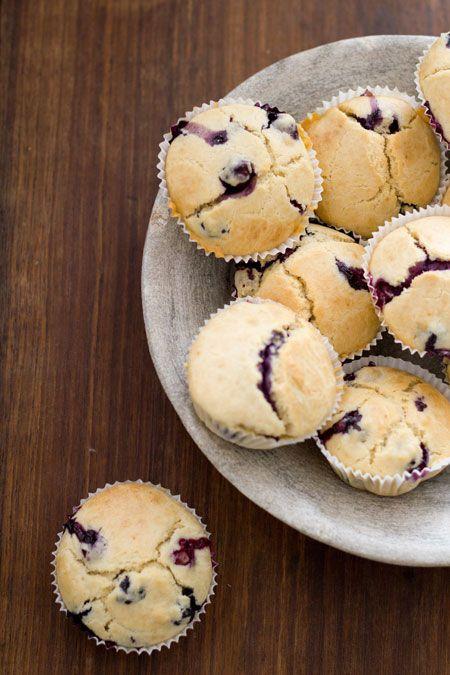 Een lekker recept voor magdalenas met vanille en blauwe bessen. Niet in de gebruikelijk vorm gebakken maar in papieren cakevormpjes. Deze magdalenas zijn erg lekker en niet zo vreselijk zoet. Magda...
