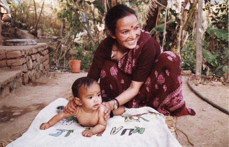 Nepal  Baby masseren met mosterdolie