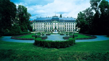 Schloss Donaueschingen | Schloss Donaueschingen liegt inmitten eines weitläufigen Parks mit alten Bäumen, stimmungsvollen Teichen und Wasserläufen, historischen Gebäuden und Denkmälern, Die Räumlichkeiten sind original erhalten und ausgestattet mit historischem Mobiliar. Kunstwerken und Literatur, die über Jahrhunderte gesammelt wurden.